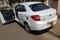 Homem é preso após bater táxi roubado em árvore em Araxá
