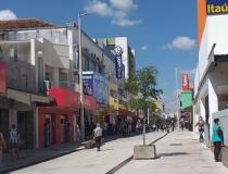 Ruas ficam movimentadas no primeiro dia de reabertura do comércio em Araxá