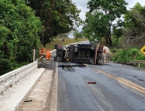 Carreta de combustível tomba na MG-146 e pode ter causado danos ambientais no Rio Tamanduá