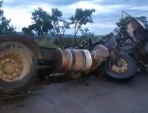 Colisão entre dois caminhões deixa um morto na BR-262