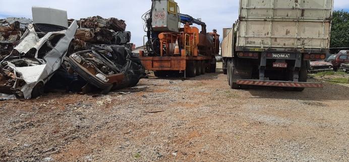 Veículos inservíveis arrematados no Leilão do Detran passam pelo processo de destruição e compactação