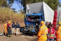 Acidente envolvendo dois caminhões próximo à Araxá, deixa motorista ferido