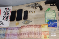 POLÍCIA MILITAR PRENDE AUTORES POR TRÁFICO DE DROGAS E POSSE ILEGAL DE ARMA DE FOGO EM ARAXÁ/MG