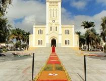 Fiéis montam tapetes para celebração de Corpus Christi